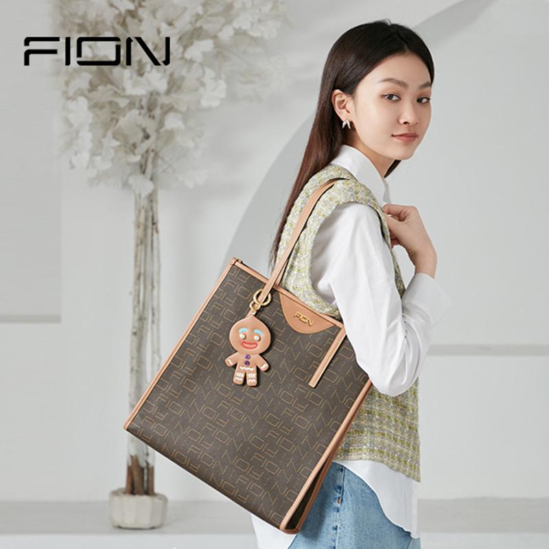 Fion/菲安妮新款姜饼人卡通挂饰女士通勤手提包托特包